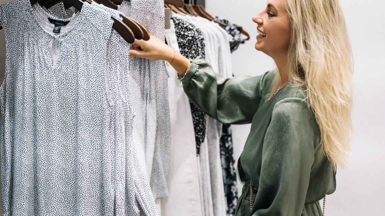Dame prøver tøj i butik